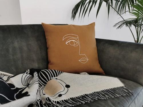 Dekoratyvinė lininė pagalvėlė MOTERIS